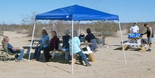 Time for everyone to take a break at the club's travertine mine. Everyone had a good time eating hot dogs.